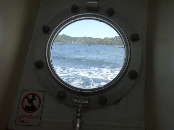 地下の船内から外の景色